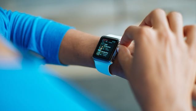apple-watch-using-digital-crown