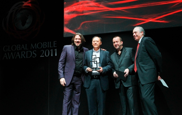 Peter_Chou_HTC_CEO_accepting_the_GSMA_Global_Mobile_Award_for_device_manufacturer_of_the_year